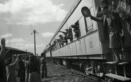 Theran children at the train station in Rehovot, 1943 (NKH\483416)