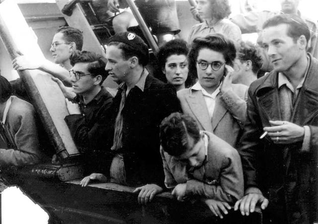 Immigrants from Europe on the boat, Haifa 1944 (PHG\1006499)